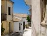Korfu, Schmale Gasse in Pelekas