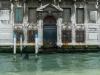 2018-Venedig. Etwas marodes Haus, aber mit netten Fischen.