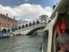 Die Rialtobrücke einmal aus einem Vaporetto fotografiert.