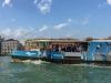 Einer der Vaporettos in Venedig.